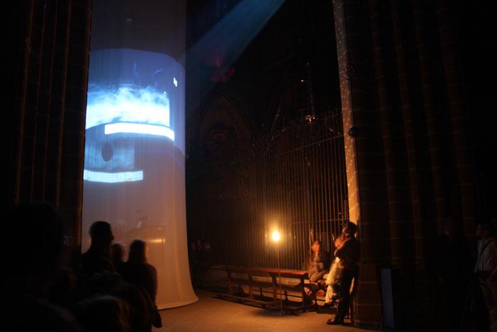 Proyección sobre cilindro de tela en una catedral. Performance inauguración Museo Occidens