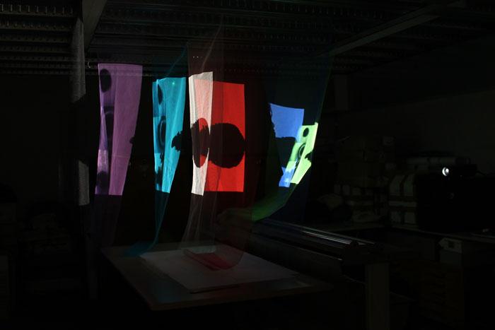 Pruebas de proyecciones sobre sucesiones de tules de diferentes colores, texturas y densidades.
