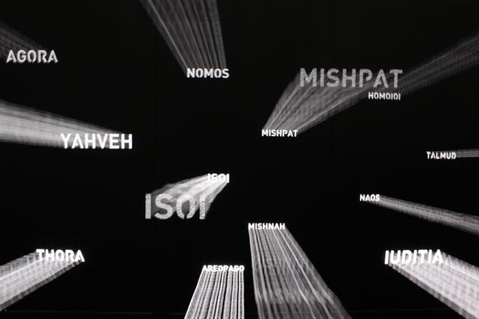 Textos perforados sobre paramento de chapa. Museo Occidens