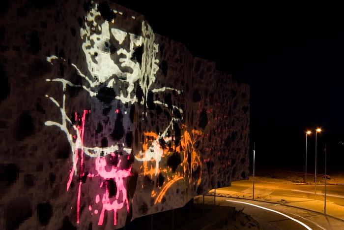 Grafiti de luz. Proyección de luz de color de dibujos de Leonardo da Vinci sobre fachada de tela. Soria.com
